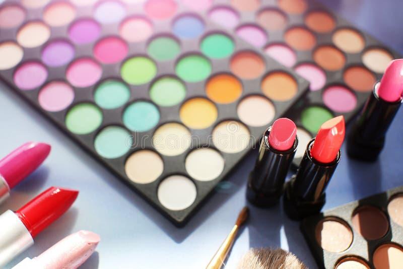 Il professionista compone l'insieme: la tavolozza dell'ombretto, il rossetto, le spazzole di trucco e molti cosmetici si chiudono fotografia stock libera da diritti