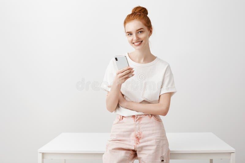 Il progettista affascinante aspetta il suo partner per cominciare lavorare Lo studio ha sparato della donna positiva della testar immagini stock libere da diritti