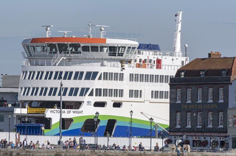 Il pub di lungomare e un passeggero e un veicolo ferry Portsmouth Regno Unito fotografie stock libere da diritti