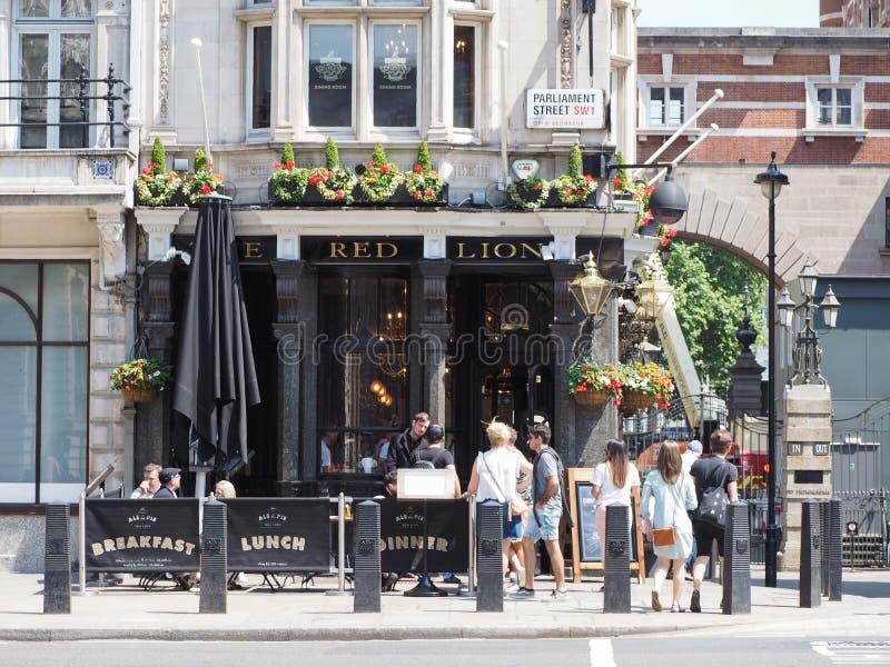 Il pub rosso del leone a Londra fotografie stock libere da diritti