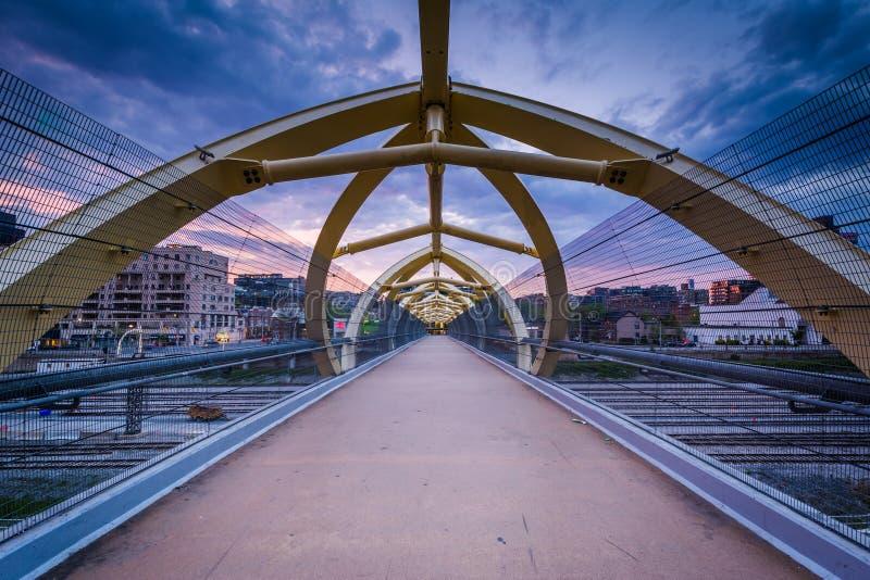 Il Puente de Luz Pedestrian Bridge al tramonto, a Toronto, Ontar fotografia stock