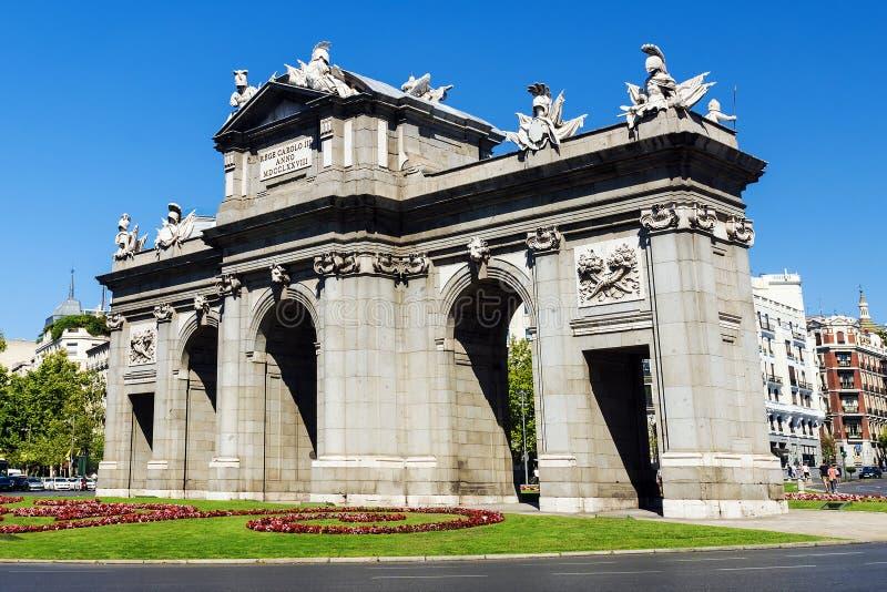 Il Puerta de Alcala è un monumento nella plaza de la Independen fotografia stock libera da diritti