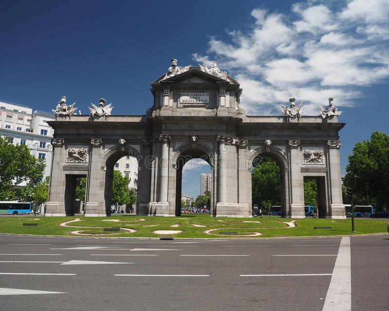 Il Puerta de Alcala in Plaza de la Independencia Madrid, Spagna immagini stock