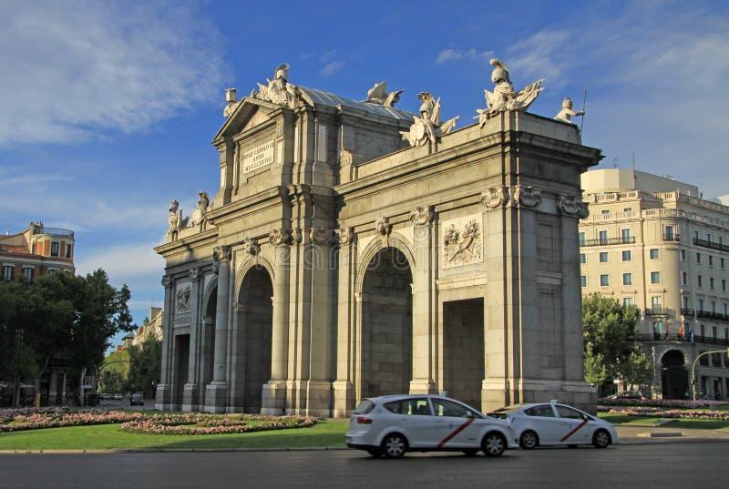 Il Puerta de Alcala (portone di Alcala) sulla plaza de la Independencia (quadrato di indipendenza) a Madrid, Spagna fotografia stock