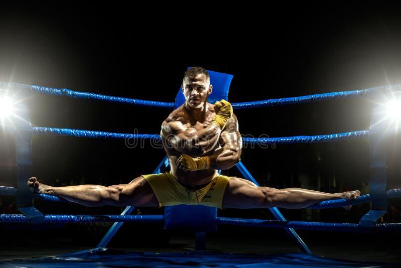 Il pugile tailandese sul ring fa le spaccature immagini stock
