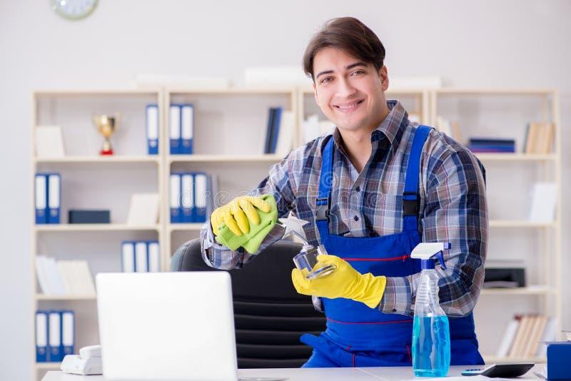 Il pulitore di ufficio che lavora nell'ufficio immagine stock libera da diritti