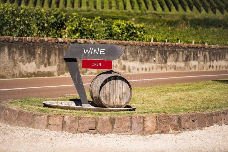 Il puntatore al deposito di vino nella provincia Bolzano in Italia barilotto di legno sui precedenti della vigna fotografia stock