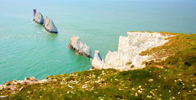 Il punto di riferimento dell'isola di Wight degli aghi dalla baia dell'allume fotografie stock