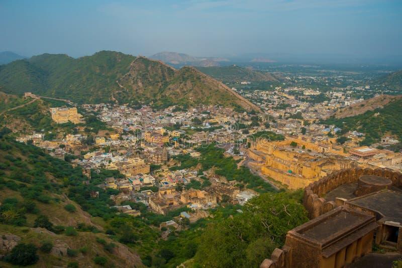 Il punto di riferimento turistico famoso di viaggio indiano, bella vista della città di Amber Fort ha individuato nel Ragiastan,  fotografia stock libera da diritti