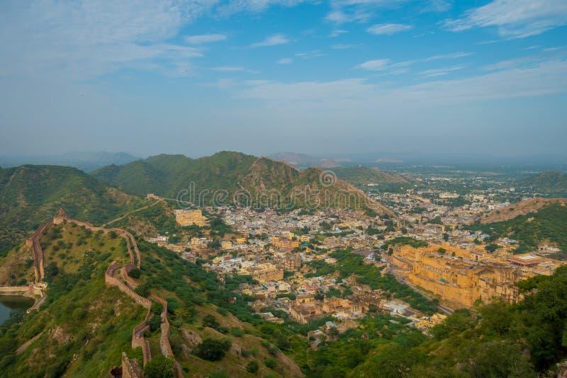 Il punto di riferimento turistico famoso di viaggio indiano, bella vista della città di Amber Fort ha individuato nel Ragiastan,  fotografia stock