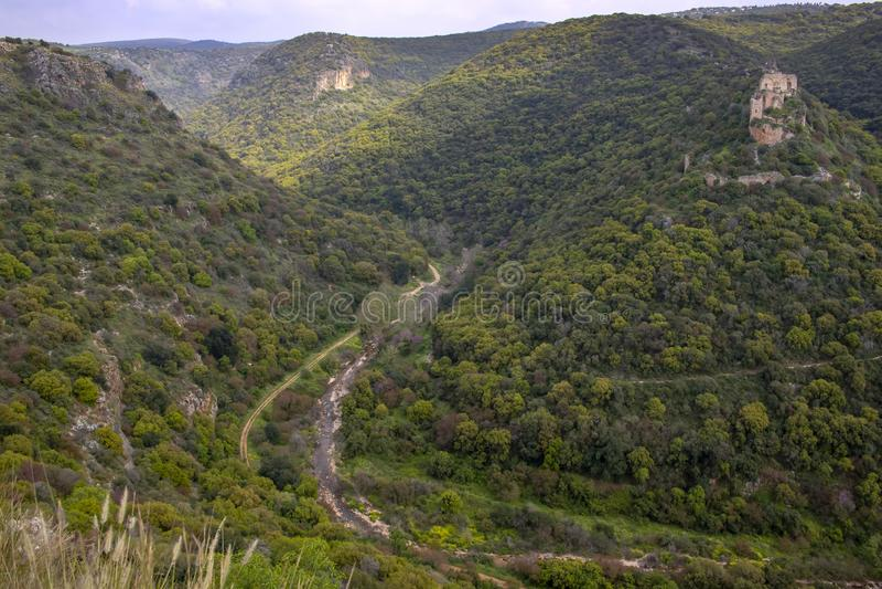 Il punto di vista dei crociati fortifica Montfort nelle montagne della Galilea fotografia stock