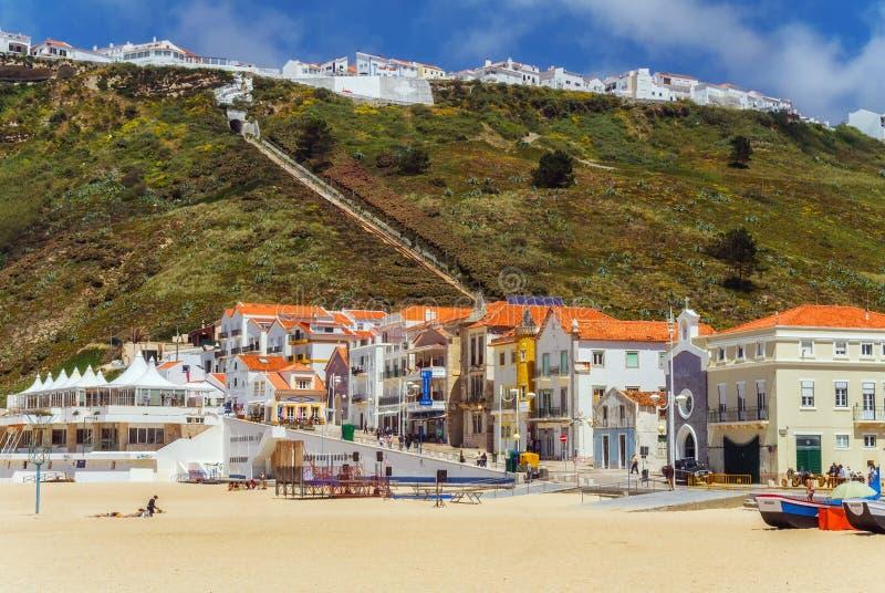 Il punto di vista del da Nazare di Sitio da Nazare e della Praia dalla spiaggia solleva immagini stock libere da diritti