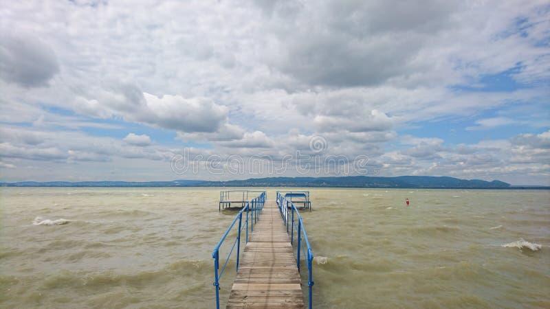 Il punto di vista ha sparato del pilastro su un lago un giorno soleggiato fotografia stock
