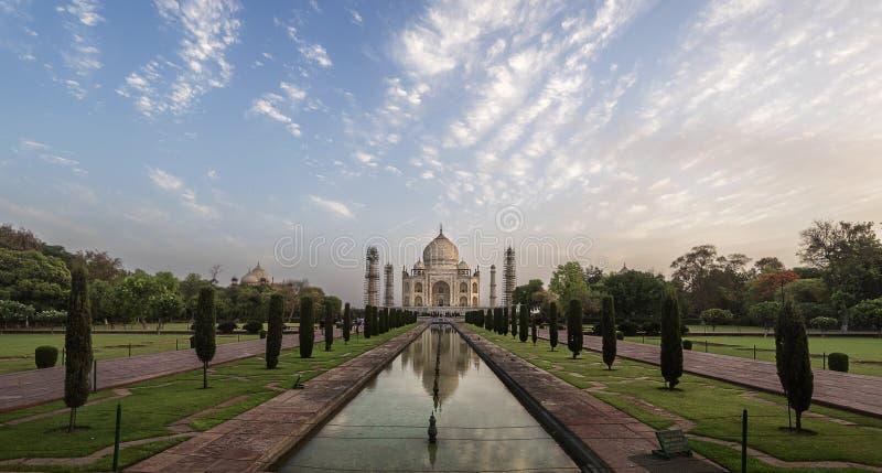 Il punto di vista iconico di Taj Mahal uno del mondo si domanda all'alba, Agra, India fotografie stock libere da diritti