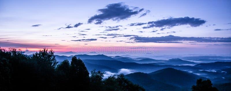 Il punto di vista di Ridge Mountains blu immagine stock