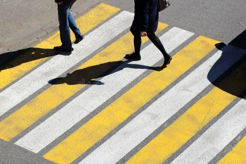 Il punto di vista superiore dell'uomo delle coppie e la gente delle donne camminano attraverso l'attraversamento nella via della  immagine stock