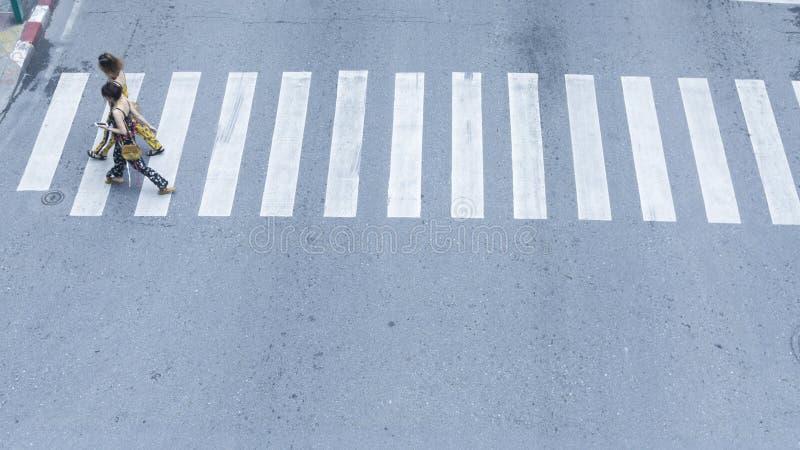 Il punto di vista superiore della gente cammina sulla strada trasversale pedonale della via in Th fotografia stock