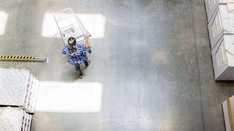 Il punto di vista superiore sopraelevato della gente cammina con il carretto del carrello di acquisto alla t fotografia stock libera da diritti