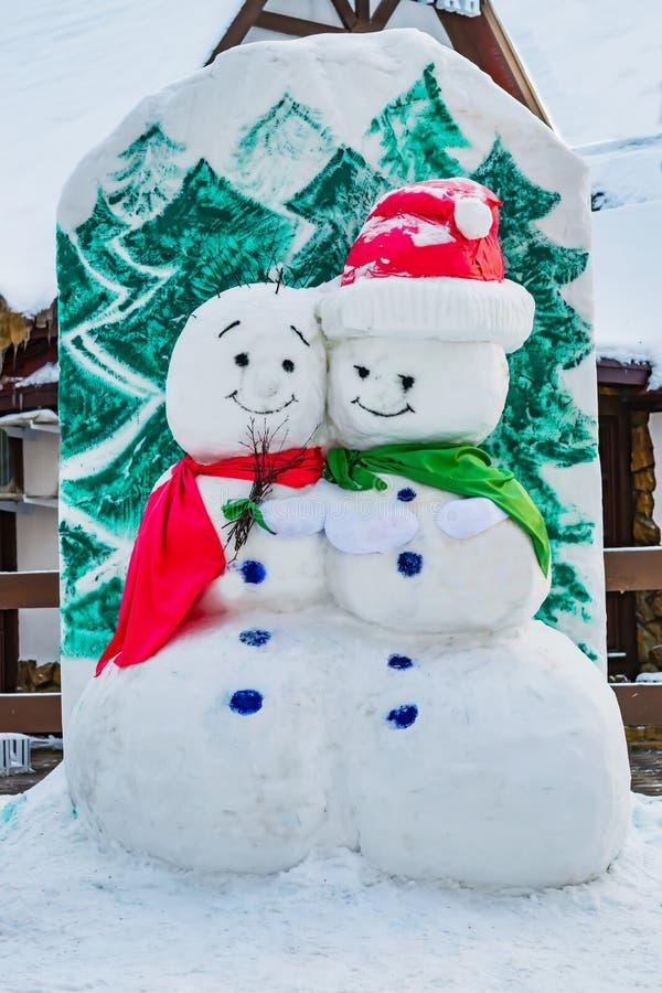 Il pupazzo di neve ha scolpito da neve nel parco della città, fotografia stock libera da diritti