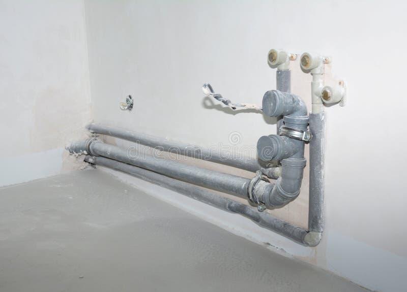 Il PVC del lavandino di cucina della riparazione e di sostituzione convoglia la P-trappola, giunti concentrare fotografia stock