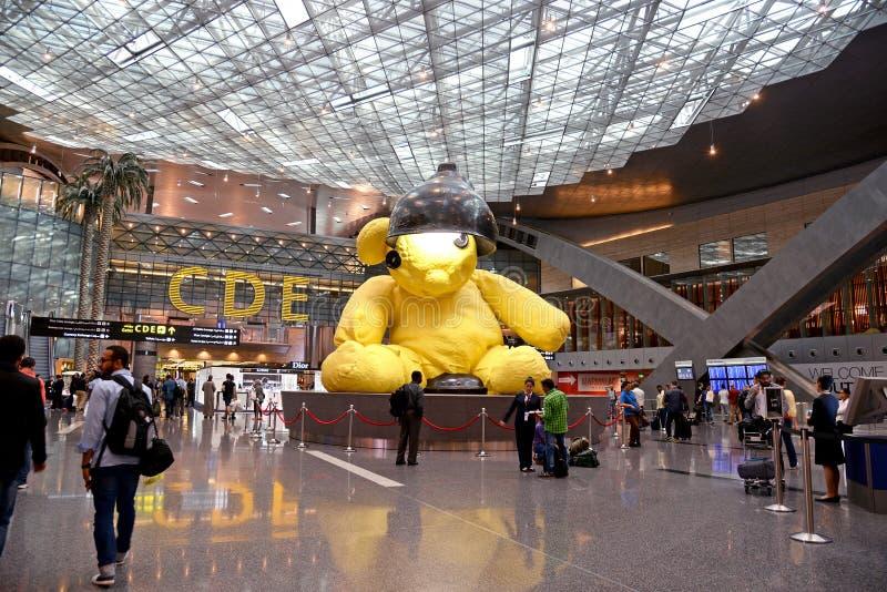 IL QATAR - 20 APRILE: Agitandosi l'interno del terminale di aeroporto il 20 aprile 2015 in Doha Questo aeroporto è più nuovo aero fotografie stock