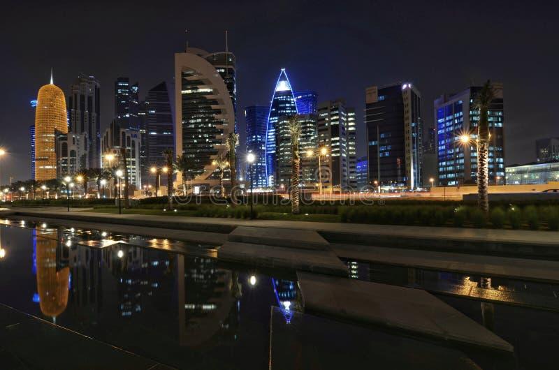 Il Qatar Doha alla notte fotografia stock libera da diritti