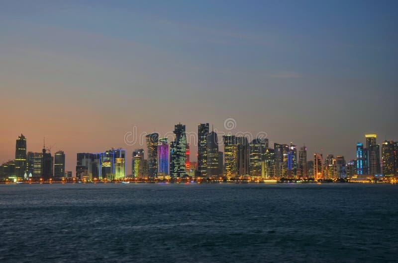 Il Qatar Doha alla notte fotografie stock