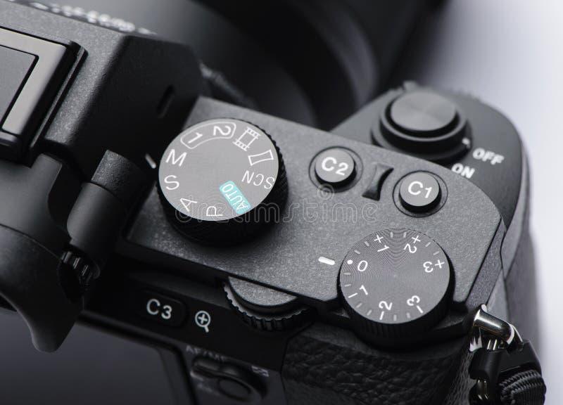 Il quadrante del modo, la manopola di controllo dell'esposizione e l'otturatore si abbottonano sulla macchina fotografica mirrorl immagini stock