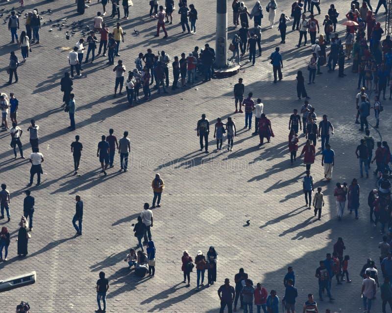 Il quadrato di città con la folla vita quotidiana della gente che passa il loro tempo libero, interagisce a vicenda fotografie stock