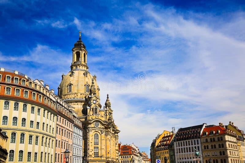 Il quadrato di Egna e la chiesa di Frauenkirche della nostra signora è chiesa luterana della Sassonia all'estate, vecchia città a fotografia stock libera da diritti