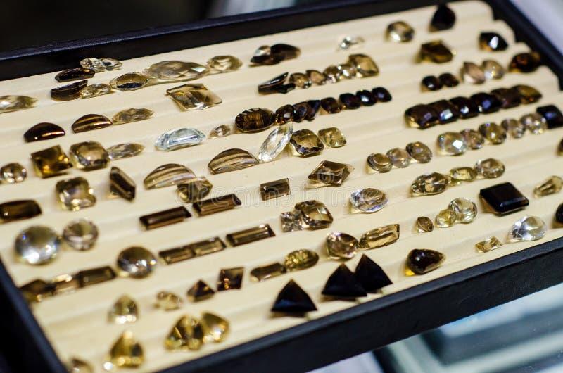 Il quarzo di fumo sfaccettato in vendita nel negozio di gioielli fotografia stock libera da diritti