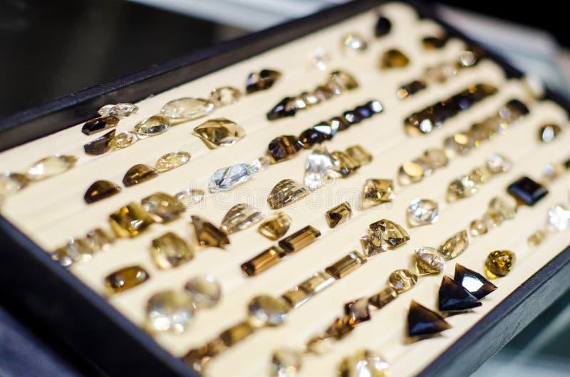 Il quarzo di fumo sfaccettato in vendita nel negozio di gioielli fotografie stock