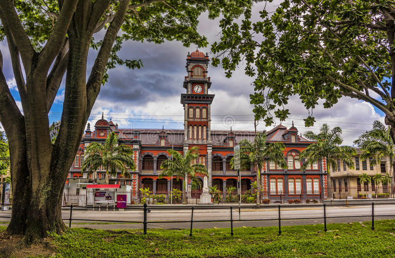Il Queen& x27; l'istituto universitario reale di s in Trinidad è una delle costruzioni principali di eredità dei sette magnifici immagini stock libere da diritti