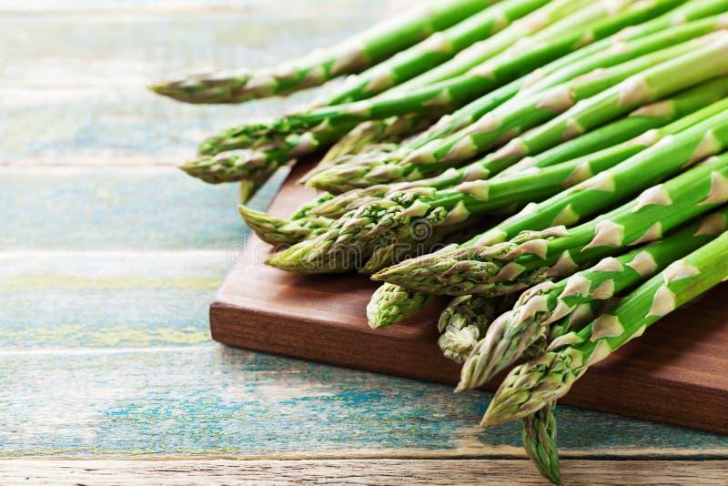 Il raccolto di giovane asparago verde germoglia sulla tavola di legno rurale Alimento vegetariano organico immagine stock