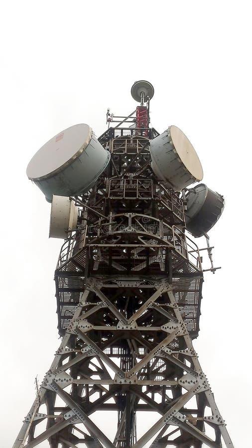 Il radar/trasmette la torre nella città di Taoyuan, Taiwan immagine stock libera da diritti
