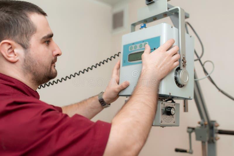 Il radiologo di medico ha installato una vecchia macchina di raggi x veterinaria prima di lavoro ad un ospedale veterinario fotografia stock