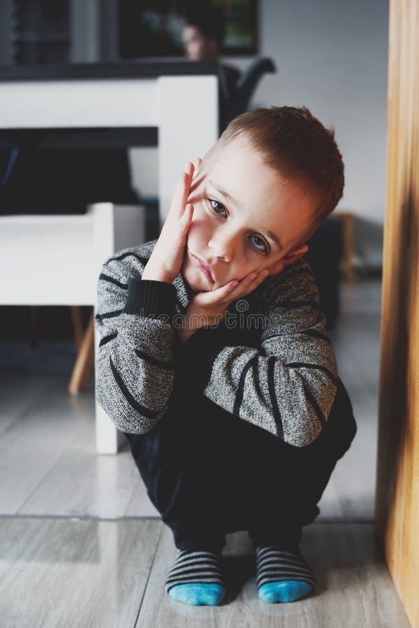 Il ragazzino è molto triste immagini stock