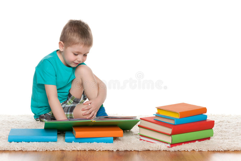 Il ragazzino abile legge un libro immagini stock libere da diritti