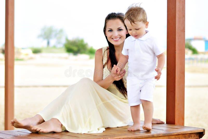 Il ragazzino con la madre fotografia stock