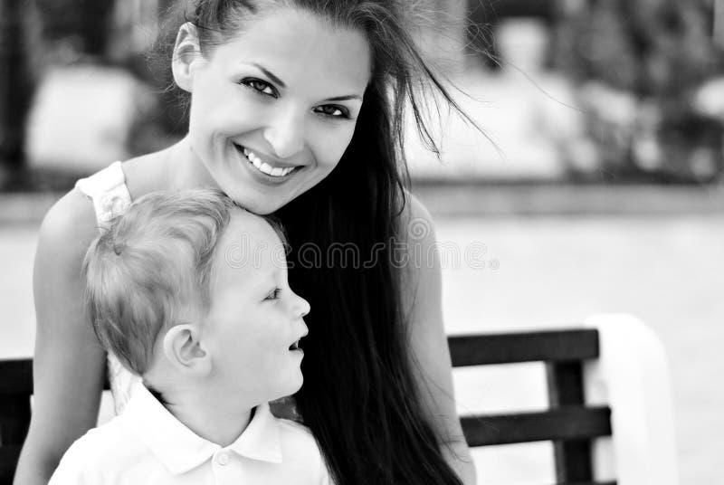 Il ragazzino con la madre sulla camminata fotografia stock libera da diritti
