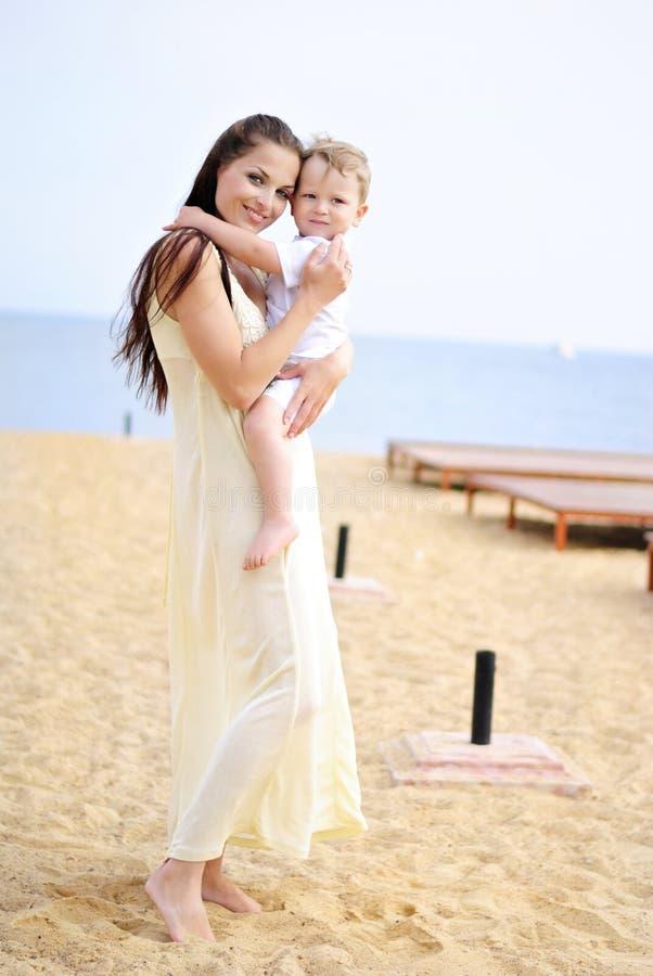 Il ragazzino con la madre sulla passeggiata immagine stock libera da diritti