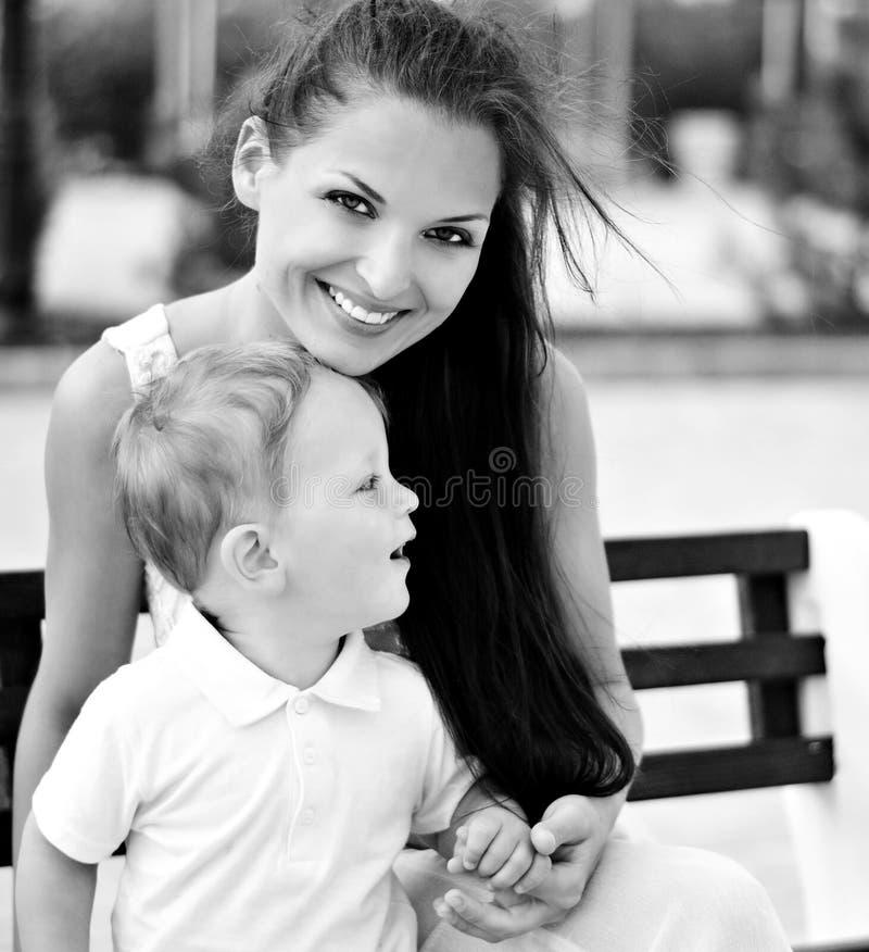 Il ragazzino con la madre sulla passeggiata fotografia stock libera da diritti