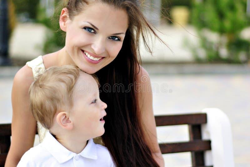 Il ragazzino con la madre sulla passeggiata fotografie stock