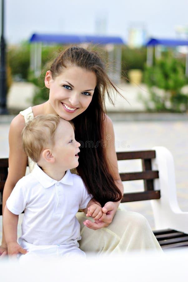 Il ragazzino con la madre sulla passeggiata immagini stock libere da diritti