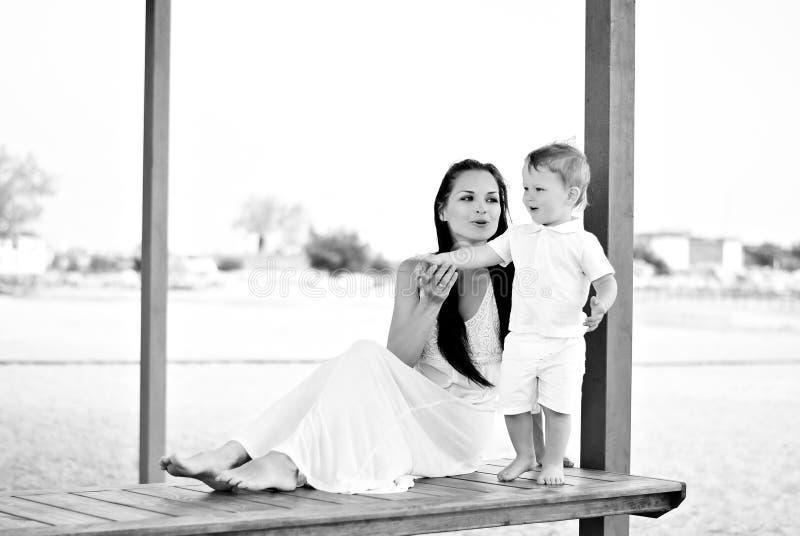 Il ragazzino con la madre sulla passeggiata al mare fotografia stock libera da diritti