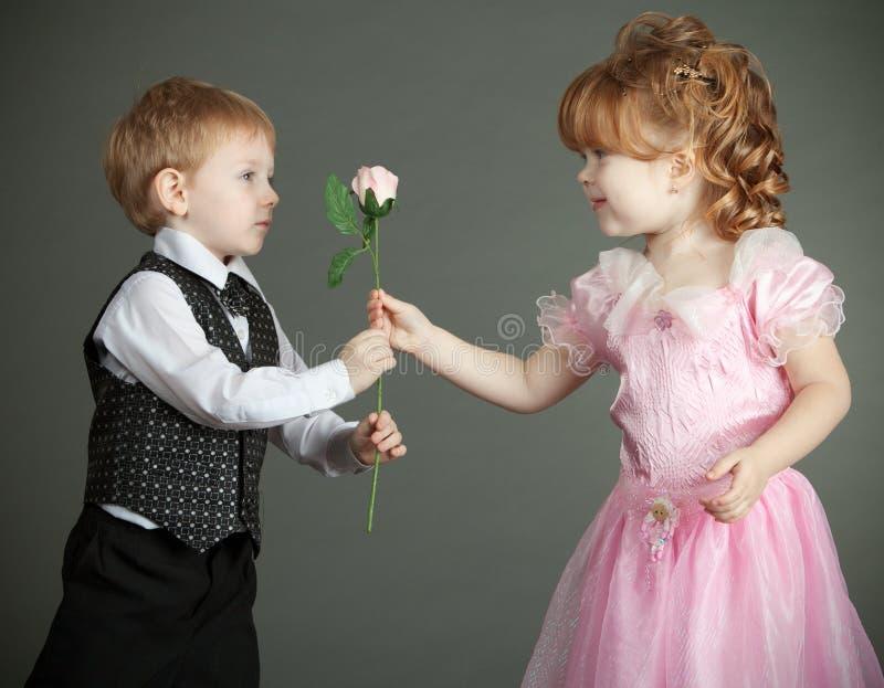 Il ragazzino e la ragazza fotografie stock