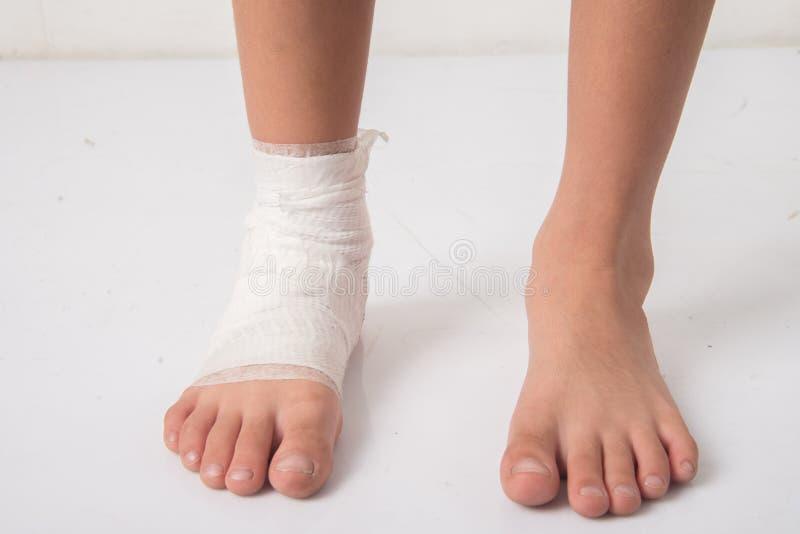 Il ragazzino ha un incidente con la sua fasciatura di bisogno della gamba immagine stock libera da diritti