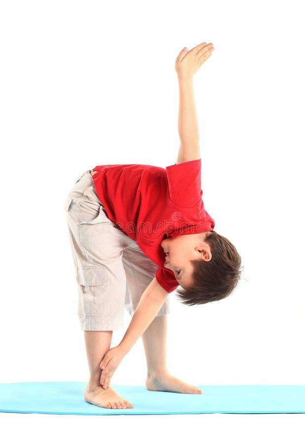 Il ragazzino si esercita. fotografie stock