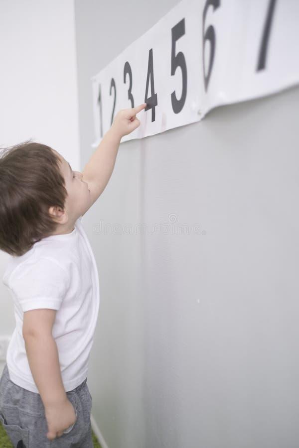 Il ragazzino sveglio impara i numeri a casa Per la matematica per i bambini due anni, bambina asiatica Sviluppo di infanzia Il ba fotografia stock