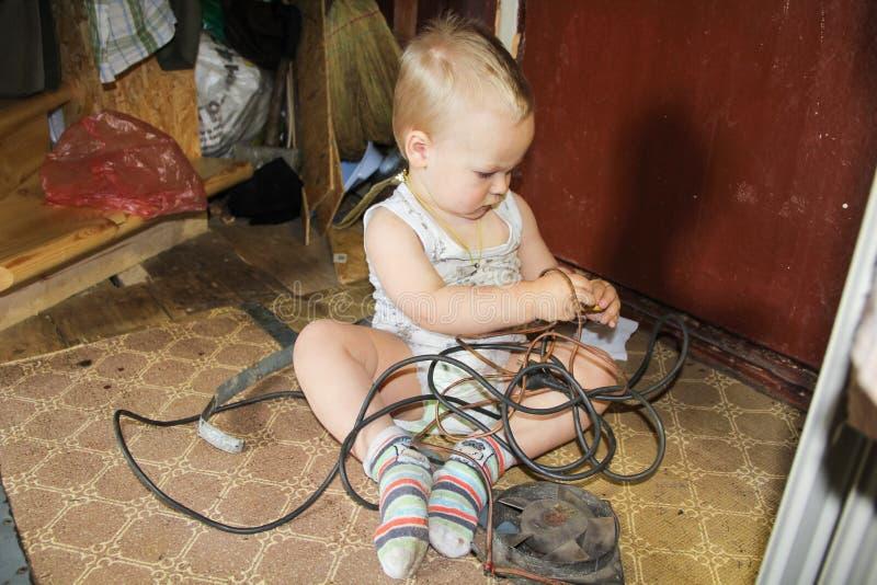 Il ragazzo è impegnato nella riparazione fotografia stock